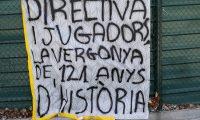 Una veintena de aficionados del Barcelona recibieron este mediodía con gritos y pancartas de protesta a los jugadores y los directivos. Foto Prensa Libre: EFE