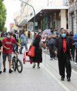Varias personas en el paseo de la sexta avenida de la zona 1 el uso de la mascarilla es obligatorio para evitar el contagio del  coronavirus.   Fotograf'a Erick Avila:                  13/07/2020