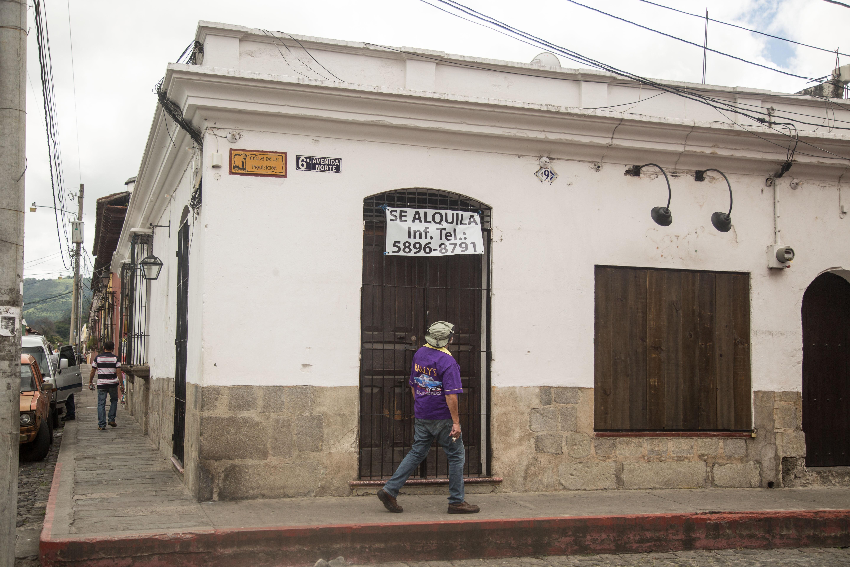 Letreros de locales en alquiler son comunes ahora en Antigua Guatemala. (Foto Prensa Libre: ACAN-EFE)