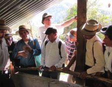 Benoit Amedee María durante una capacitación con agricultores Ixiles de Quiché. (Foto Prensa Libre: Giovanni Batz)