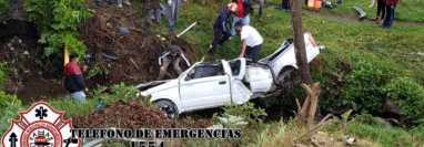 En el km 145 de la ruta Interamericana, Santa Lucía Utatlán, Sololá, un picop cayó por un puente y causó la muerte de 1 persona. (Foto Prensa Libre: Bomberos Municipales Departamentales)