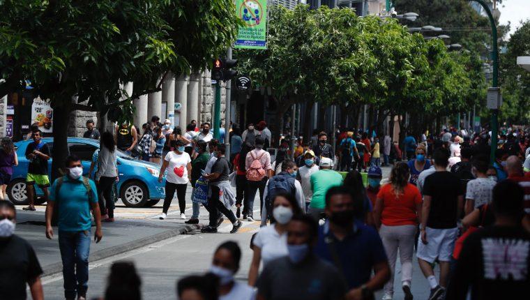 La Sexta Avenida de la zona 1 mantuvo una alta afluencia de personas durante el primer fin de semana de la reapertura.  (Foto Prensa Libre: Esbin García)