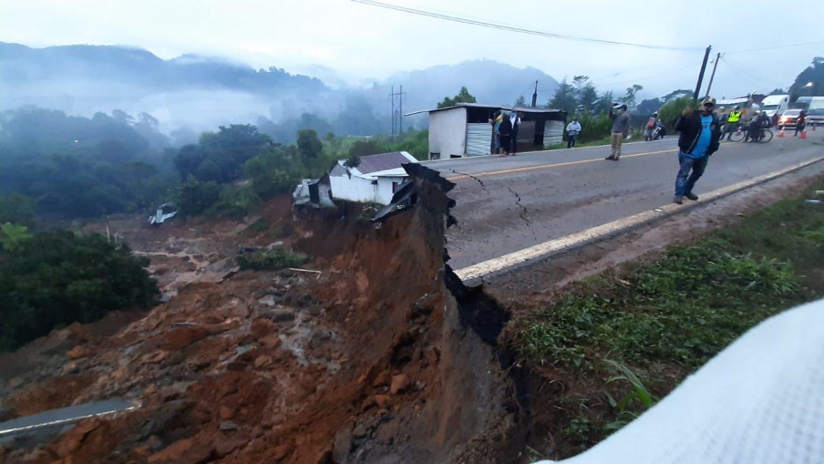 Lluvias provocan socavamiento en ruta a las Verapaces y decenas de afectados son albergados