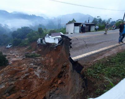 Viviendas y la carretera fueron gravemente dañadas la madrugada de este sábado. (Foto Prensa Libre: Twitter de la Cruz Roja Guatemalteca)