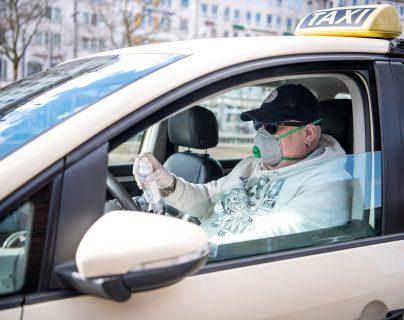Use la mascarilla siempre que esté en un lugar público, lo que también se aplica a los taxistas, ya que pueden estar infectados pero no mostrar síntomas. Foto Prensa Libre: DPA