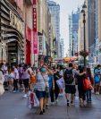 Compradores en la calle 34 de Manhattan, 18 de julio de 2020. La desaceleración del coronavirus ha sido especialmente difícil para los Estados Unidos debido a su tradición de priorizar el individualismo y los pasos en falso de la administración Trump. (Foto Prensa Libre: Hiroko Masuike/The New York Times)