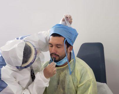 El salvadoreño Jaime Alas al momento de realizarle el hisopado por personal de Todo en Salud. Foto Prensa Libre: Cortesía