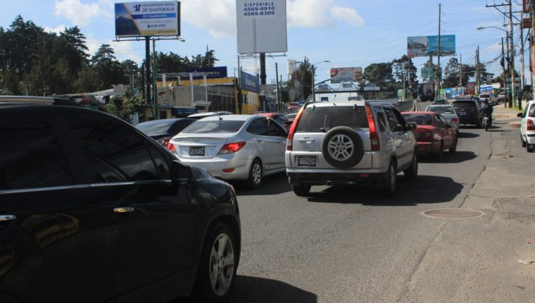 Miles de vehículos transitan por carretera a El Salvador el primer sábado sin restricciones en la pandemi. (Foto Prensa Libre: Byron García)