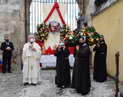 El Templo de San Francisco celebró el 18 aniversario de la canonización del Santo Hermano Pedro. (Foto Prensa Libre: Julio Sicán)