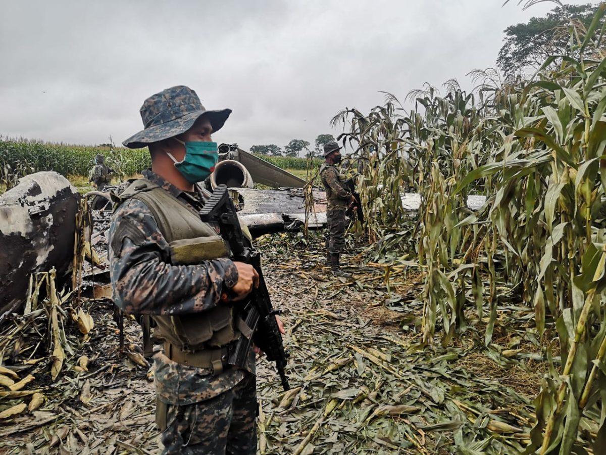 Ejército de Guatemala localiza aeronave quemada en punto fronterizo con México