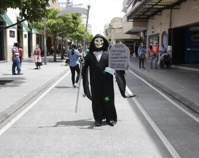 """""""La Muerte"""" recorre el paseo de la sexta para pedirle a la gente que se quede en casa"""