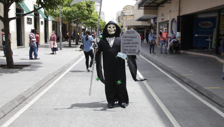 "Un hombre recorrió el Paseo de la Sexta caracterizado como ""La Muerte"". (Foto Prensa Libre: Noé Medina)"