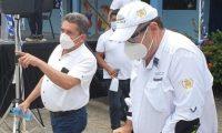 El presidente Alejandro Giammattei participo en la cuarta entrega de alimentos en una escuela de Izabal. En el evento también participó el sindicalista Joviel Acevedo. (Foto Prensa Libre: Cortesía)