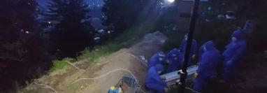 Los familiares de los fallecidos en muchas ocasiones piden a los bomberos que les realicen una videollamada o graben vídeos, para que puedan despedirlos. Foto Prensa Libre: Eduardo Martinez, equipo ERI.