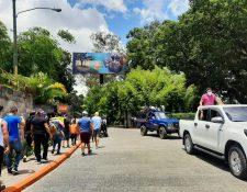 Cientos de personas hacen fila en las afueras del zoológico La Aurora para poder ingresar en el primer fin de semana de reapertura tras estar cinco meses cerrados. (Foto Prensa Libre: Andrea Domínguez)