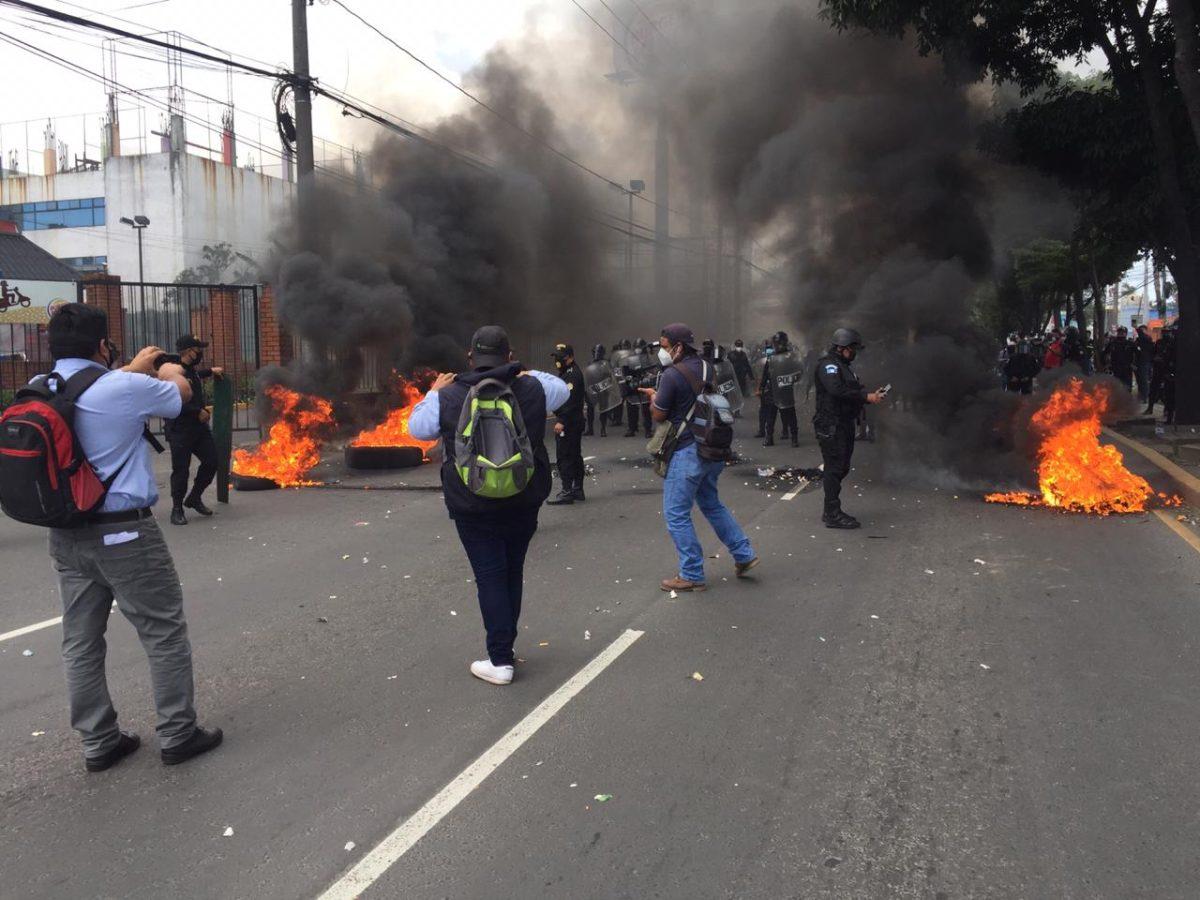 Policía habilita el paso en la avenida Petapa, donde supuestos estudiantes protestaban frente a la Usac