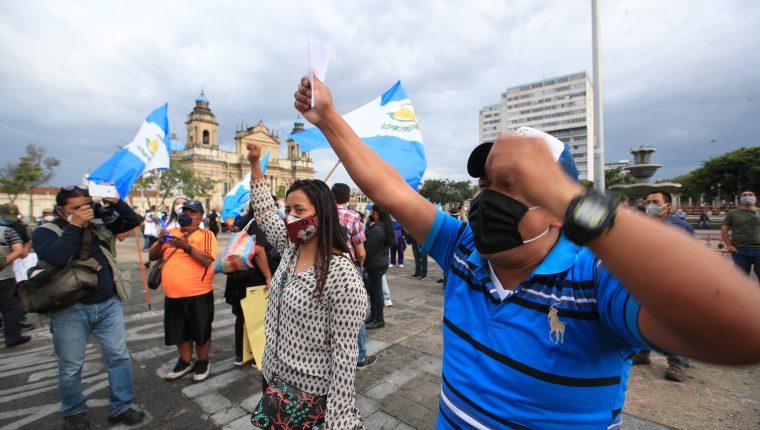 En la Plaza de la Constitución decenas de personas piden transparencia al gobierno en la emergencia por coronavirus. (Foto Prensa Libre: Carlos Hernández)