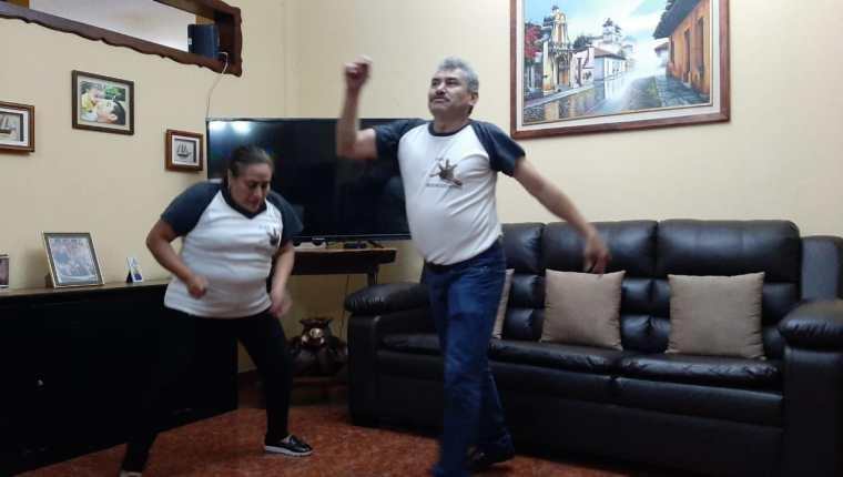 """Fabio """"el Lobo Vázquez"""" y su esposa Maria Moreno dan una muestra de su destreza en el baile. (Foto Prensa Libre: Andrea Domínguez)"""