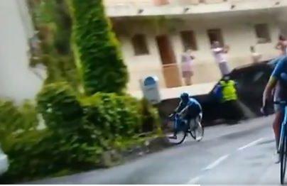 Video: El Superman López se estrella contra una señal de tránsito en el Tour de Francia