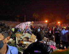 Varias personas murieron y otras resultaron gravemente heridas cuando un avión comercial se salió de la pista al aterrizar en un aeropuerto del sur de India. (Foto Prensa Libre: EFE)