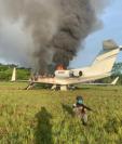 Aeronave encontrada en Petén aún en llamas. Foto Prensa Libre: EJército.