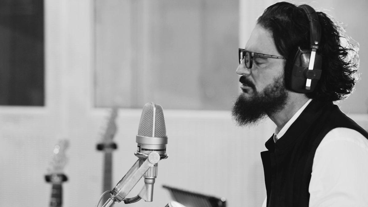 """¿Cuál es la manera de """"Hacer Patria"""" de Ricardo Arjona? El cantautor guatemalteco lo explica en su nuevo videoclip"""