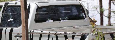 Al menos 11 impactos de bala fueron contabilizados en el vehículo. (Foto Prensa Libre: Héctor Cordero)