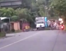 Manifestantes han colocado piedras y palos para impedir el paso en el km 283 de la ruta al Atlántico. (Foto Prensa Libre: Provial)