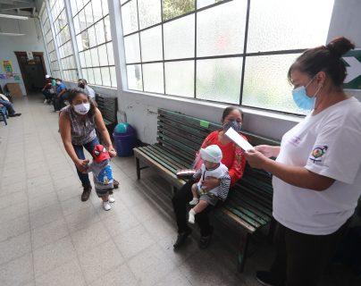 Sin dejar de atender en los servicios habituales, los centros y puestos de salud deben recibir a pacientes con síntomas leves de covid-19, y darles seguimiento.  (Foto Prensa Libre: Érick Ávila)