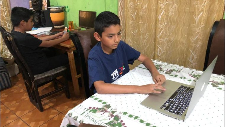 Muchos niños, especialmente del sector educativo privado, reciben clases a través de plataformas virtuales. (Foto Prensa Libre: Hemeroteca PL)