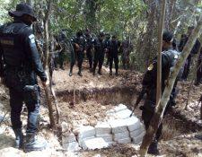 Los paquetes de cocaína fueron hallados en una zanja cerca de la aeronave. (Foto Prensa Libre: HemerotecaPL)