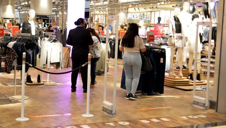 Varios comercios, principalmente en centros comerciales, retomaron actividades a finales de julio. (Foto, Prensa Libre: Hemeroteca PL).