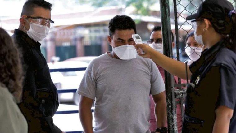 Las medidas de prevención y toma de temperatura continúan vigentes. (Foto Prensa Libre: Hemeroteca)