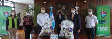 Representantes de la campaña Corazones Solidarios del Comité de emergencia de Club Rotario y empresas que contribuyeron, quienes entregaron el donativo al alcalde Quiñonez. Foto Prensa Libre: Cortesía