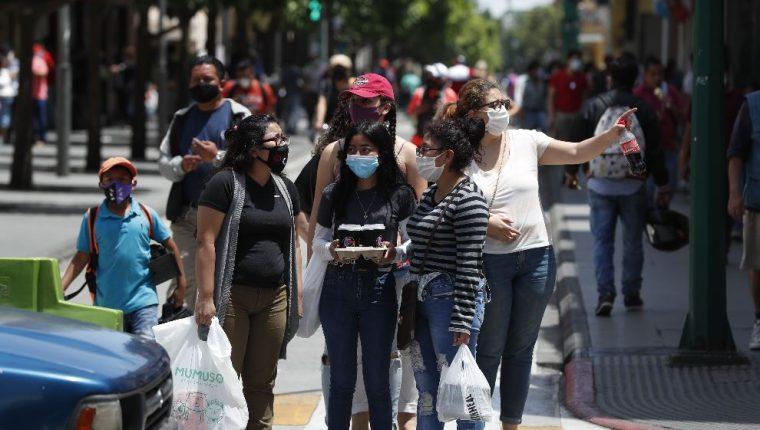 Durante el primer fin de semana libre de restricciones los guatemaltecos salieron más a las calles. (Foto Prensa Libre: Esbin García)