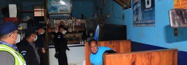 En los expendios de licor se daba servicio de mesas, pese a las restricciones para contener el avance de la pandemia de coronavirus. (Foto Prensa Libre: María José Longo)