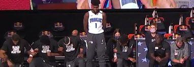 El ala-pívot de los Orlando Magic Jonathan Isaac fue el primer jugador de la NBA que no se arrodilló durante el himno estadounidense. Foto Prensa Libre: Captura de video.