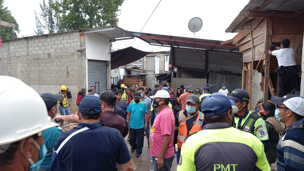 Comerciantes y empleados municipales heridos por desalojo del Mercado La Terminal en Cobán