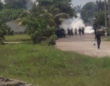 Agentes de la PNC lanzan gases lacrimógenos para dispersar a los inconformes en la aduana 2 de Tecún Umán, San Marcos. (Foto Prensa Libre: Alex Coyoy)