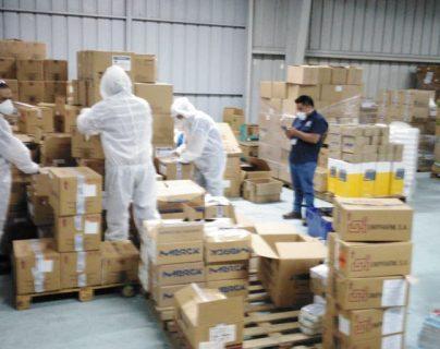 Agentes del MP hacen una inspección en la bodega de los medicamentos vencidos. (Foto Prensa Libre: MP)