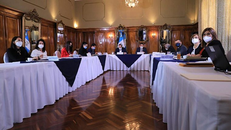 Autoridades de la Comisión Presidencial contra la Corrupción presentaron el segundo informe. (Foto Prensa Libre: Presidencia)
