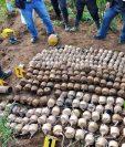 Autoridades observan ilícitos decomisados durante el estado de Sitio en Santa Catarina Ixtahuacán. (Foto Prensa Libre: Hemeroteca PL)