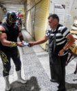 Los gladiadores se lanzaron a la caza de aquellos que no portaban protección, simulando aplicarles una de sus llaves a manera de castigo. (Foto Prensa Libre: AFP)