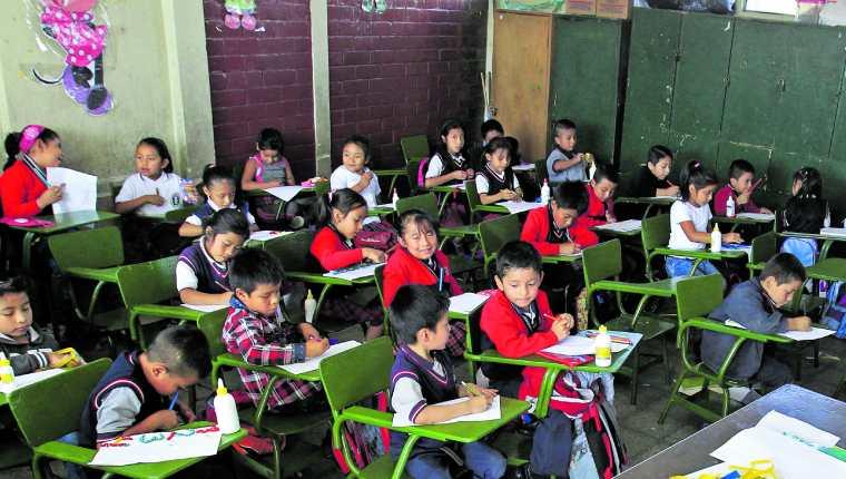 Desde el 16 de marzo los estudiantes dejaron las aulas debido a la pandemia, la continuidad del aprendizaje se ha visto limitado por la falta de recursos tecnológicos que acerquen a los docentes para continuar con las clases. (Foto Prensa Libre: Hemeroteca PL)