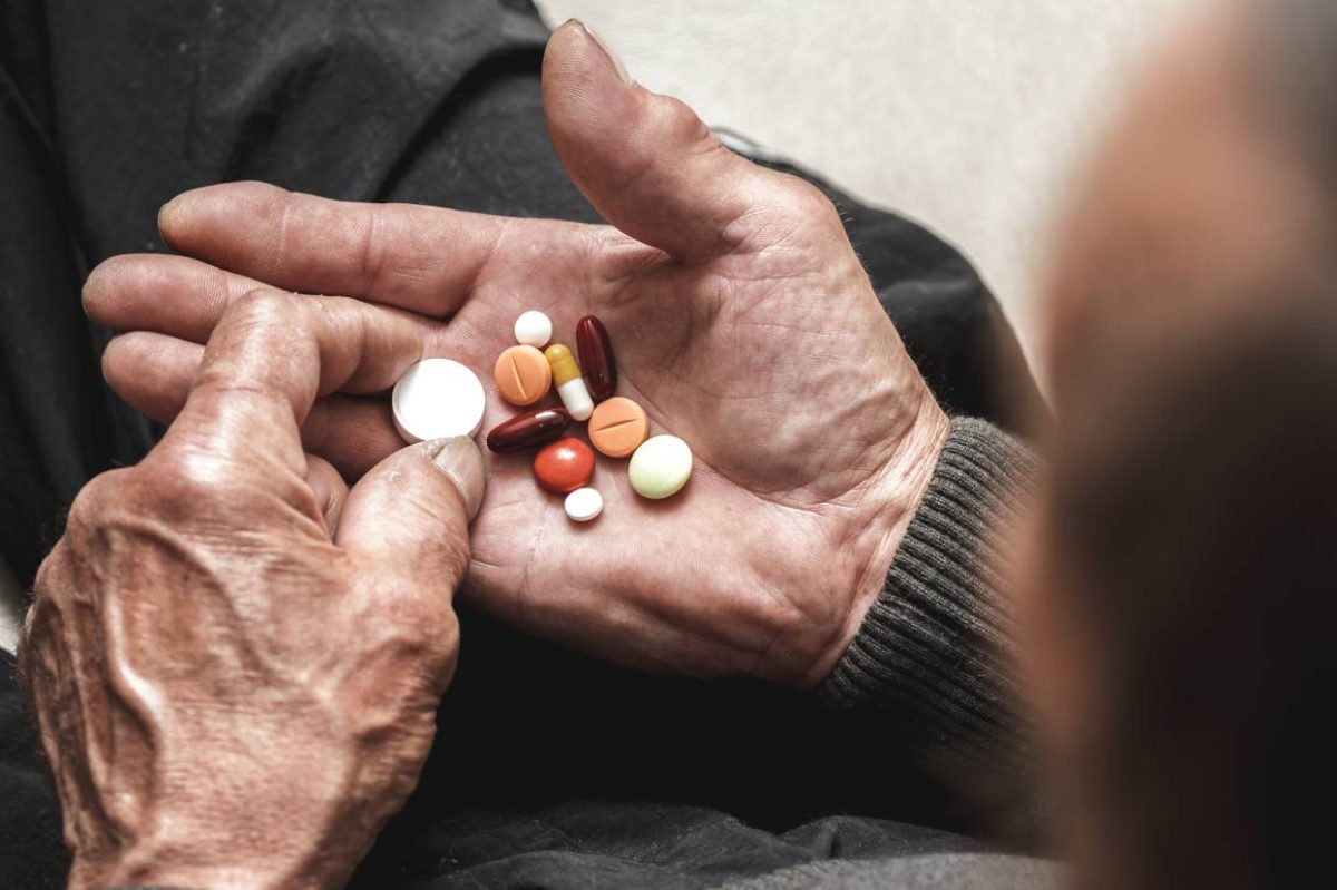 ¿Qué consecuencias tiene el exceso del consumo de fármacos en personas mayores?