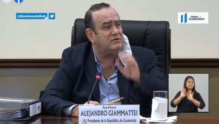 Alejandro Giammattei, presidente de la República, en reunión con alcaldes.