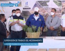 Alejandro Giammattei durante la supervisión en la carretera de Tajumulco. (Foto Prensa Libre: Video de Facebook)