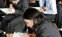 Estudiantes de la Escuela Normal Secretarial, se someten a la evaluación de graduandos, impartida por el Ministerio de Educación. Foto Erlie Castillo