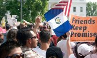Un grupo de guatemaltecos participa en una protesta frente a la Casa Blanca. Según el Minex hay tres millones de connacionales en la Unión Americana. (Foto Prensa Libre: Hemeroteca PL)