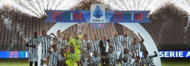 Juventus celebró este sábado con la copa de campeón de Italia. (Foto Prensa Libre: EFE).